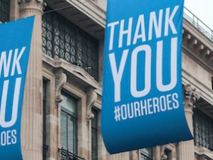 "blaue Flagge mit weißem Text ""Thank you our Heroes"""