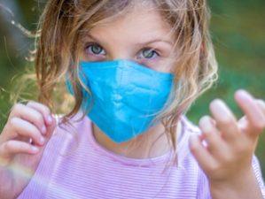 Mädchen mit Mund-Nasen-Schutz